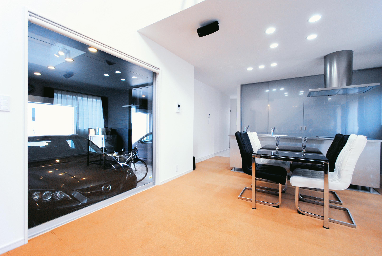 2台分のガレージをスマートにビルトインした家 開放的な空間づくりで広がり感をプラス