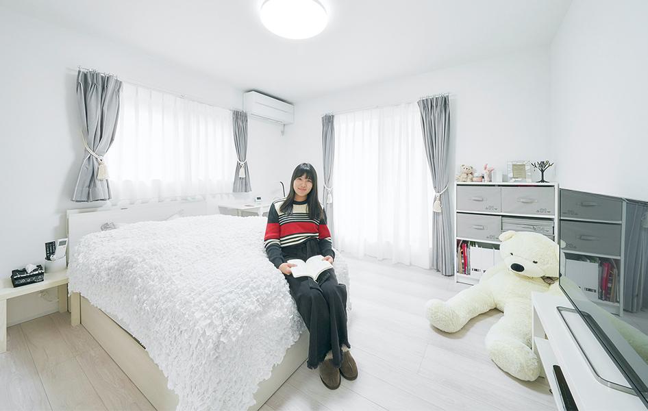 女の子らしく爽やかな居室は、ホワイトで統一した光があふれる。それぞれの部屋にクローゼットを設置して衣類をたっぷり収納。