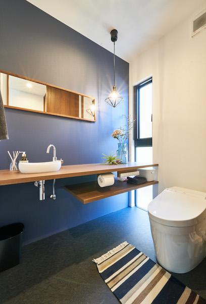 モデルハウスのような広さのトイレ。随所にオシャレさを感じさせてくれる空間になっています。