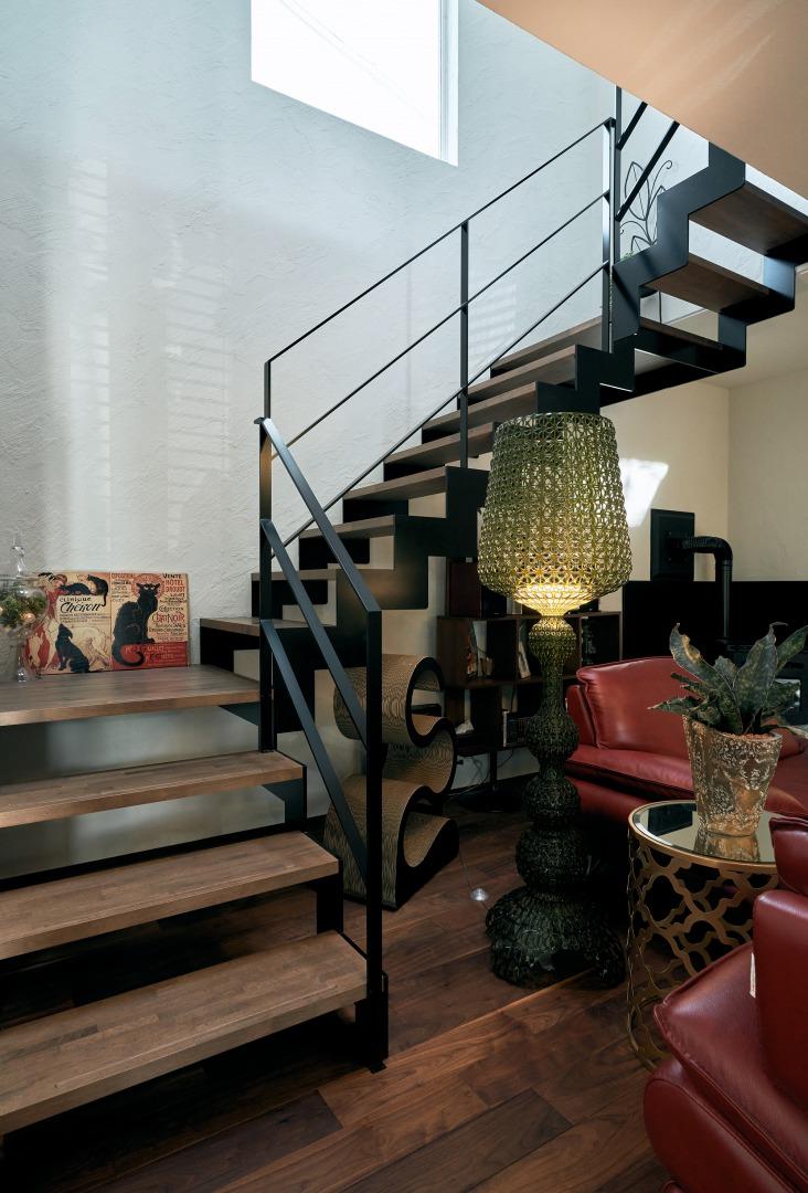 LDKのセンターに回り階段を配置し、上部の吹抜けからも明るい光が注ぎ込まれる。
