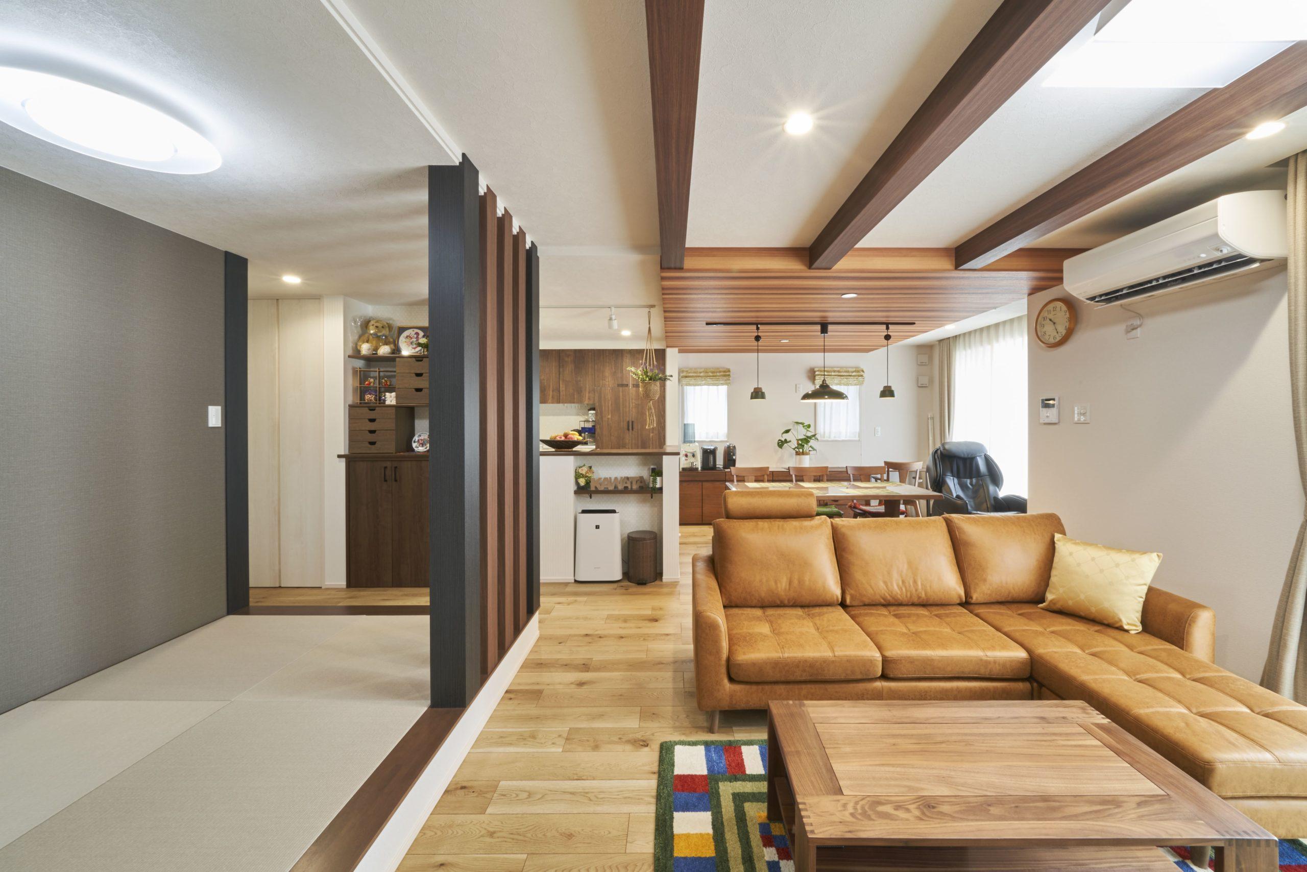 LDKは25.5畳の大空間。ご家族が自然に集まれるよう、広さはもちろん過ごしやすい工夫が盛り込まれている。天井は梁をむき出してデザイン性と空間の広がりを演出。隣接した畳コーナーは角柱を配置して高級旅館のような趣がプラスされている。