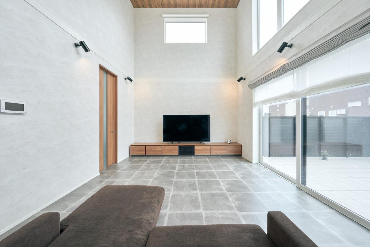 LDKにはタイル柄の床をチョイス。周りとのバランスも合う空間になりました。