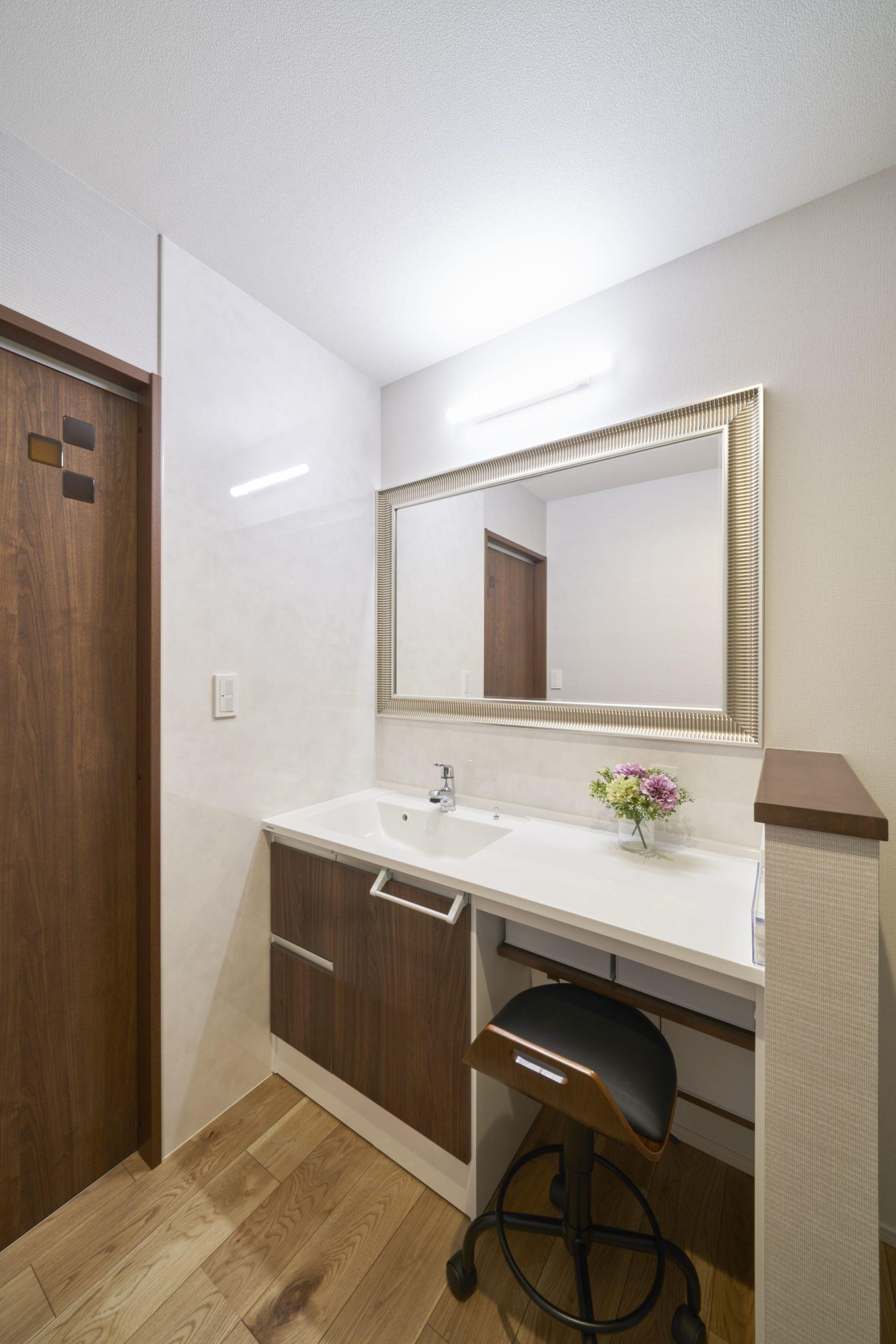 エントランスの横には大きな鏡を配した洗面台とトイレが。お嬢様が並んでメイクができるゆったりしたドレッシングスペース。帰宅後の手洗い動線も確保でき、新しい生活様式にも対応している。