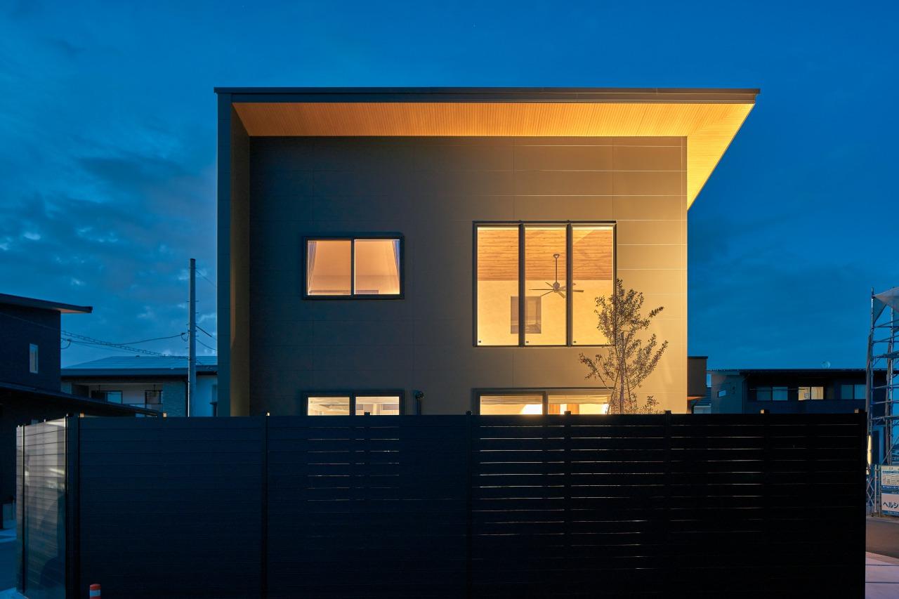 シンプルモダンなファサード。1階と同じ高さのフェンスを設置し、カーテンを開け放しても外からの視線を遮ることができます。