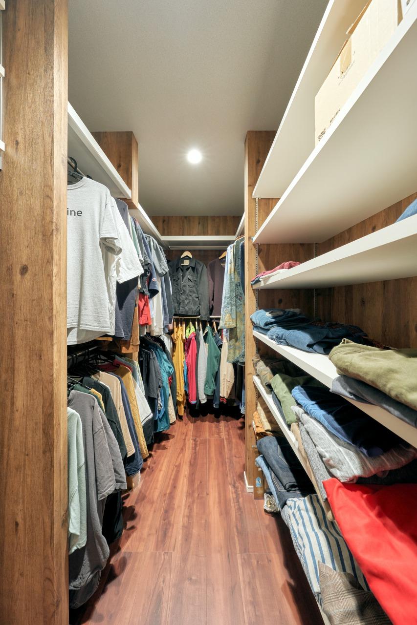 アパレル関係の仕事をされているご主人にとって衣類は大切なもの。専用のウォークインクローゼットにもこだわった。2階はそれぞれの衣類や季節家電などを収納できる大きめのスペースが確保されている。