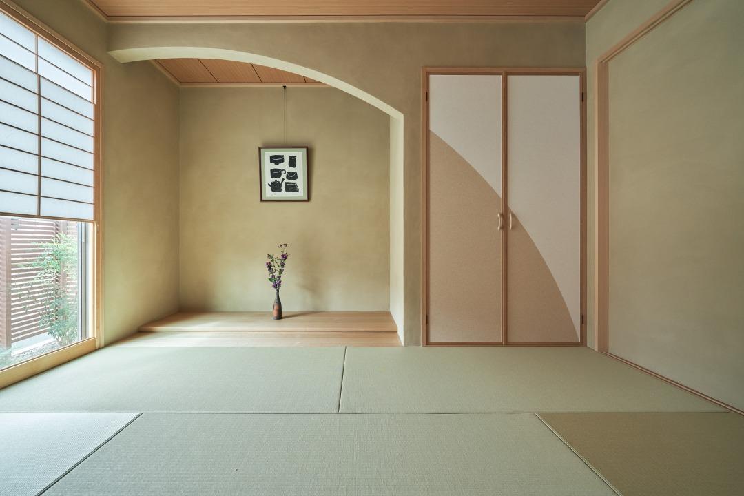 雪見障子と床の間、ゆるやかなアーチを描く垂れ壁など、こだわりの和室で、趣深さを感じさせる。