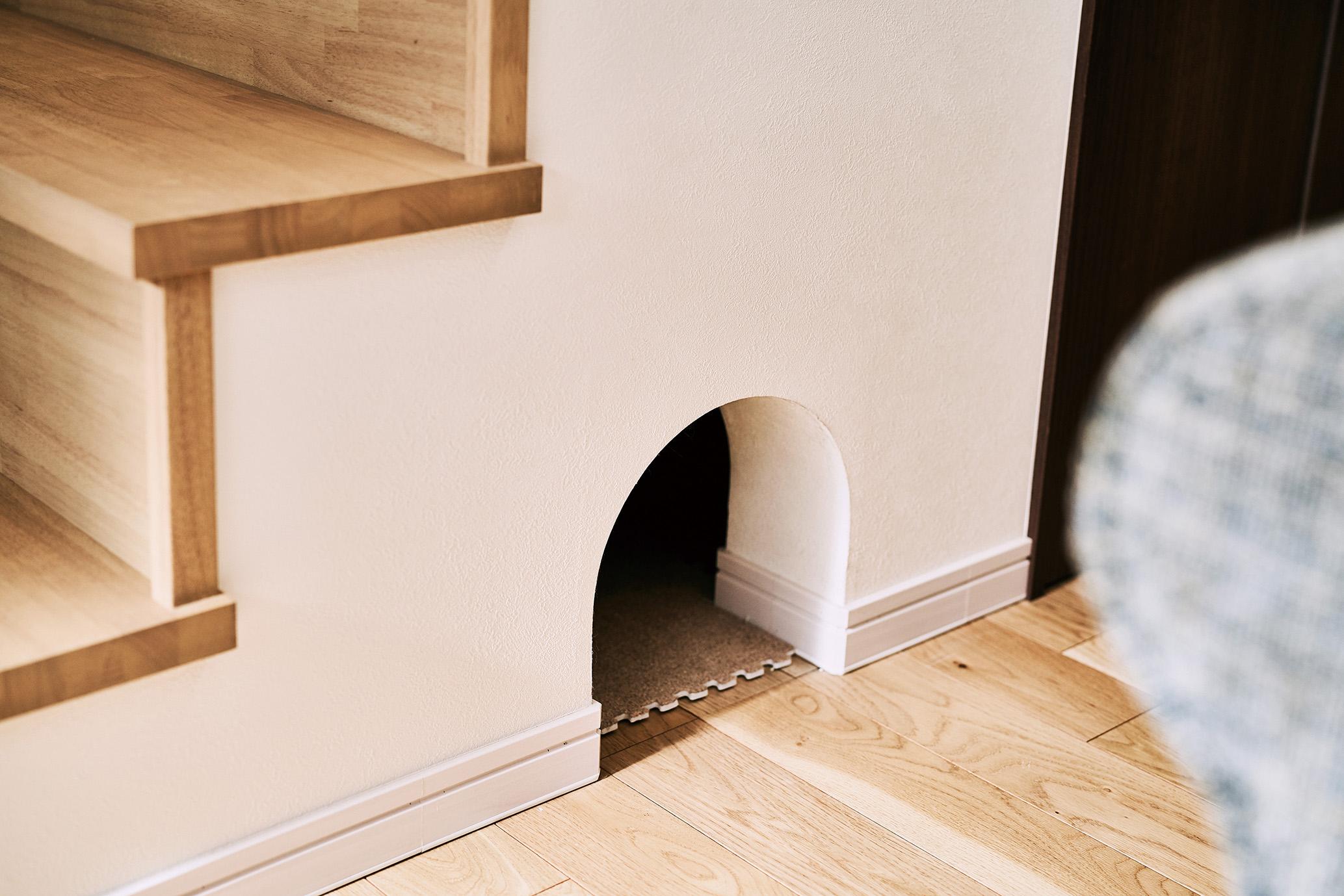 ロフトスペースに上がる階段のデッドスペースを猫ちゃんのトイレに活用。